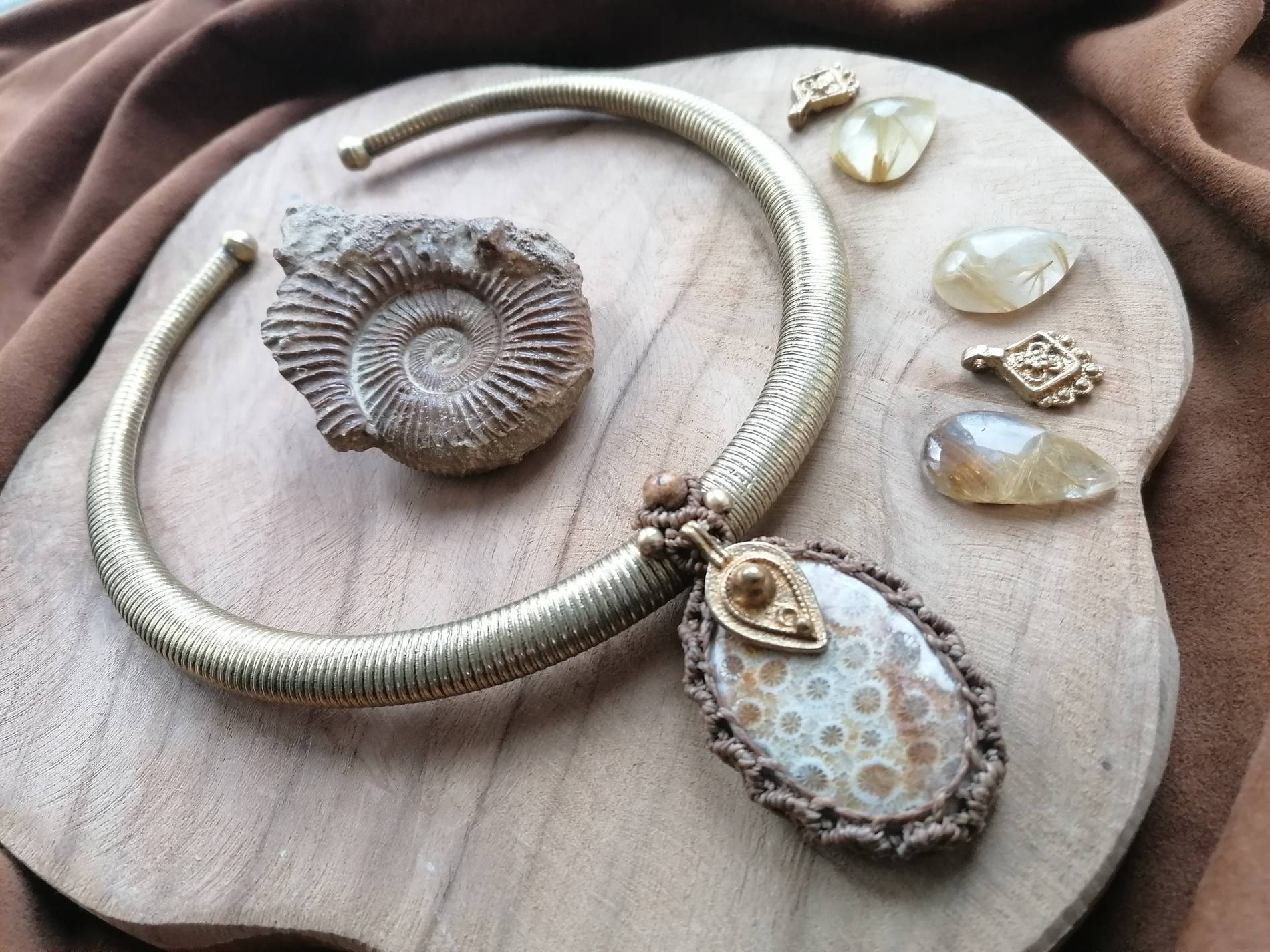 macrame pendant with fossile and brass torque